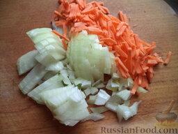Украинский борщ со свиной ножкой и фасолью: Очистить, вымыть и нарезать соломкой морковь и лук.