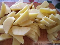 Украинский борщ со свиной ножкой и фасолью: Картофель очистить, вымыть, нарезать ломтиками.