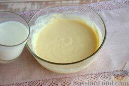 Блины кружевные: Добавляем в смесь молоко, смешиваем заготовку для блинов кулинарным венчиком.