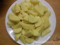 Тушеная картошка с курицей и фасолью (в мультиварке): Как приготовить тушеную картошку с курицей и фасолью (в мультиварке):    Первое, что необходимо сделать, так это вымыть и очистить от кожуры картофель. После нарезать его брусочками или кубиком.