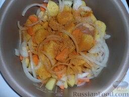 Тушеная картошка с курицей и фасолью (в мультиварке): На дно чаши мультиварки выложить вымытые куриные ножки. Добавить специи, лук, картофель и морковь.