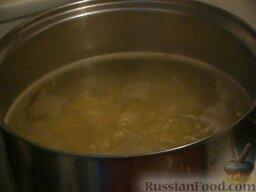 Щи из квашеной капусты с фрикадельками: Как приготовить щи из квашеной капусты с фрикадельками:  Картофель нарезаем и отправляем его вариться в кипящую воду минут на 10.