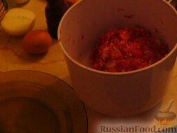 Щи из квашеной капусты с фрикадельками: В фарш добавить одно яйцо и перемешать. Формировать фрикадельки будем влажными руками, так фарш не будет прилипать к рукам. Небольшое количество фарша берём в руку и делаем шарики. Готовые фрикадельки выкладываем на тарелку. У меня получилось 15 фрикаделек.