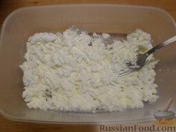 Творожное печенье: Размять сыр вилкой или взбить в блендере. Добавить ванильный сахар и 75 г сахара. Перемешать.