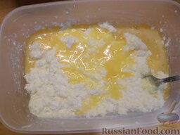 Творожное печенье: К творогу добавить масло, соду и яйцо. Перемешать.