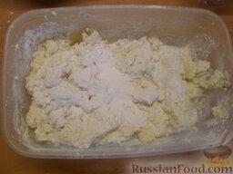 Творожное печенье: Постепенно добавлять просеянную муку. Замесить тесто. Тесто выходит очень мягким и липнет к рукам, поэтому следует поместить его в морозилку на 15-20 минут.