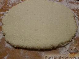 Творожное печенье: На присыпанном мукой столе раскатать тесто, толщиной около 0,4-0,5 см. Используя формочки для печенья, выдавить изделия.