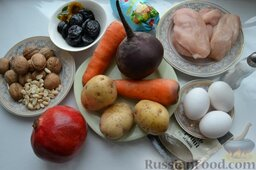 Салат «Гранатовый браслет» с курицей и черносливом: Нам потребуются продукты: куриное мясо, картофель, морковь, крупный гранат и крупная свекла, куриные яйца, чернослив, грецкие орехи, майонез.