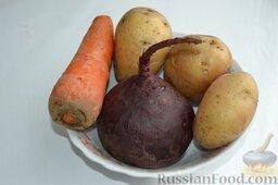 Салат «Гранатовый браслет» с курицей и черносливом: Овощи, тщательно вымытые и неочищенные, варим в отдельных кастрюлях до готовности. Затем охлаждаем их.