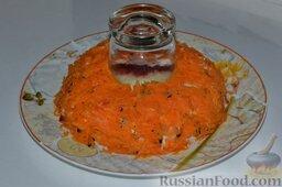 Салат «Гранатовый браслет» с курицей и черносливом: Теперь дошла очередь до моркови. Вареную, остывшую морковь натираем на тёрке, выкладываем её поверх чернослива. Делаем на слое моркови майонезную сетку.