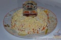 Салат «Гранатовый браслет» с курицей и черносливом: Следующий слой - яичный. Куриные яйца, отваренные и натёртые на тёрке, выкладываем на слой моркови, покрываем их сеткой из майонеза.