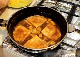 """Блинчики """"Креп Сюзетт"""" (домашний вариант): Варим соус около одной минуты и кладем в него сложенные в 4 раза блинчики, томим их в соусе на минимальном огне, примерно по 2 минуты с каждой стороны."""