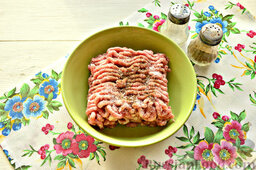 Шницель из мясного фарша: Смешанный фарш солим. Также добавляем приправу хмели-сунели. Можно использовать привычный молотый черный перец.
