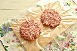 Шницель из мясного фарша: Каждый мясной кусочек превращаем в плоскую круглую лепешку-котлетку. Рекомендуем застелить разделочную доску пищевой пленкой или обычным мешочком. В этом случае фарш не будет прилипать к поверхности.