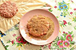 Шницель из мясного фарша: Затем шницель панируем в сухарях.