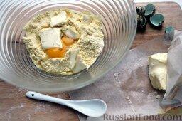 Тако с курицей, овощами, фасолью: Разбить яйца, добавить рубленое масло. Перемешивая тесто руками, влить по ложке молоко, слепить шар.