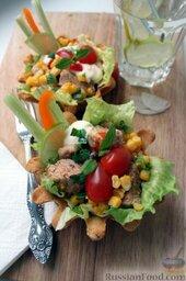 Тако с курицей, овощами, фасолью: Добавить сверху майонез, кетчуп.