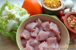 Тако с курицей, овощами, фасолью: Курицу обжарить с любыми острыми специями, приправив соком лайма. Чтобы репчатый лук не горчил, замариновать его в уксусе.