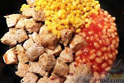 Тако с курицей, овощами, фасолью: Когда филе приготовится, добавить фасоль, кукурузу.