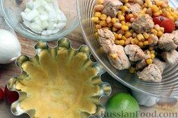 Тако с курицей, овощами, фасолью: Подготовить формы. Разделить тесто на куски, выложить в формы, равномерно приминая и формируя корзинку.