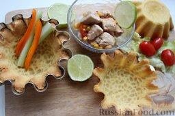 Тако с курицей, овощами, фасолью: Остудить кукурузные корзинки при комнатной температуре.   Перец с сельдереем нарезать соломкой.