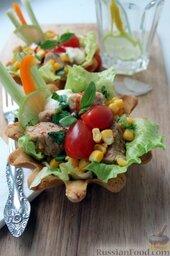 Тако с курицей, овощами, фасолью: В корзиночку красиво выложить листья салата, слоями - лук и теплую куриную смесь вперемешку с чесноком.