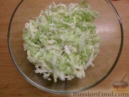 Овощной салат с яичными блинчиками: Вымыть пекинскую капусту. Высушить. Разрезать на 4 части и нашинковать.