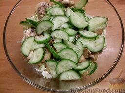 Овощной салат с яичными блинчиками: Вымытый огурец разрезать пополам, нарезать полукольцами. Добавить в салатницу.