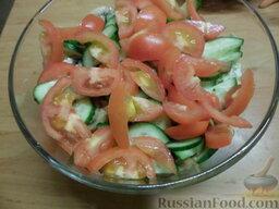 Овощной салат с яичными блинчиками: Вымыть помидоры, нарезать полукольцами. Добавить в салат.