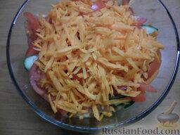 Овощной салат с яичными блинчиками: Натереть морковь на крупной терке. Добавить в салатницу.
