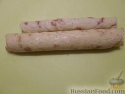Овощной салат с яичными блинчиками: Скрутить яичные блинчики.