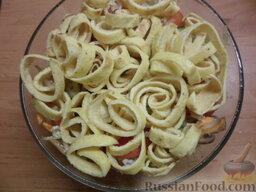 Овощной салат с яичными блинчиками: Перемешать овощи с грибами, посолить. Посыпать кунжутом, перемешать. Добавить масло и соевый соус. Сверху украсить салат яичными блинчиками.
