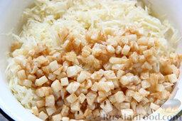 Салат с курицей, ананасами, капустой и сельдереем: Перекладываем обработанную капусту в глубокую емкость, туда же ссыпаем остывший сельдерей.