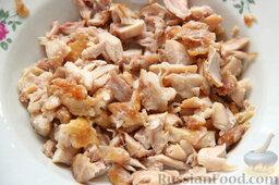 Салат с курицей, ананасами, капустой и сельдереем: Обираем остывшее куриное мясо с костей и нарезаем.
