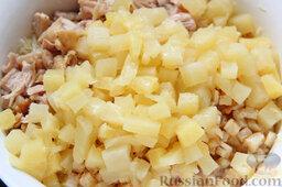 Салат с курицей, ананасами, капустой и сельдереем: Добавляем в салат поджаренную курятину и измельченный кубиками ананас.