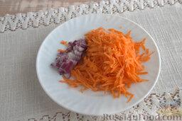 Солянка рыбная с кальмарами (в мультиварке): Измельчаем морковь с помощью кухонной терки, рубим лук, добавляем в форму мультиварки. Готовим на режиме «жарка» 5 минут.
