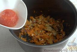Солянка рыбная с кальмарами (в мультиварке): Добавляем томат, смешиваем все составляющие, готовим на режиме «тушение» 10 минут.