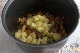Солянка рыбная с кальмарами (в мультиварке): Очищаем клубни картофеля от кожуры, нарезаем брусочками.