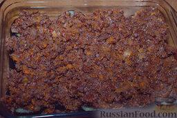 Мусака: На баклажаны укладываем наш подостывший мясной соус. Не жалеем.