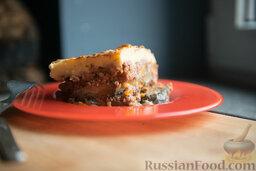 Мусака: Это вкусное и красивое блюдо. А если следить за количеством используемого масла, то мусака получится не особенно и тяжелой. На вкус она отличается от лазаньи, на вид - тем более. Мусаку можно спокойно есть и на следующий день, подогрев в микроволновке. Например, вечером 1 января. Блюдо сытное - за раз одолеть будет сложно.