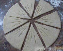 Творожное печенье с яблоками: Порежьте круг на 8 равных треугольников (лучше это делать ножом для пиццы). Сделайте в треугольниках по 3 надреза у острого края.