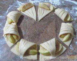 Творожное печенье с яблоками: На каждый треугольник теста выложите по 2-3 дольки яблока, присыпьте коричным сахаром и сверните, как на картинке.