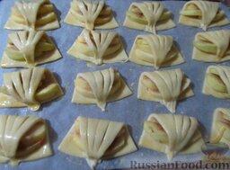 Творожное печенье с яблоками: Переложите изделия на противень, застеленный пекарской бумагой. Смажьте взбитым желтком.