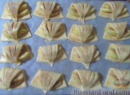 Творожное печенье с яблоками: Творожное печенье с яблоками  посыпьте коричным сахаром. Отправьте заготовки в разогретую до 180 градусов духовку на 25-30 минут.
