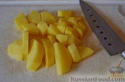 Суп со скумбрией и кукурузой: Добавляем достаточно мелко нарезанный картофель.
