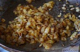 Буйабес: Варим рыбный бульон. Я беру голову и хвостовую часть лосося, чищу, режу на кусочки и ставлю вариться бульон. Добавляю нарезанный кусочками сельдерей и морковь.  Тем временем готовлю заправку – обжариваю лук на разогретом масле 5-7 минут. Добавляю паприку, хорошо перемешиваю и жарю еще в течении 1 минуты.
