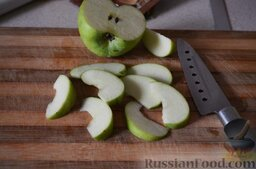 Слойки с яблоками и корицей: Даем тесту разморозиться, оставив при комнатной температуре примерно на 1 час.  Готовим начинку – яблоки нарезаем тонкими дольками.