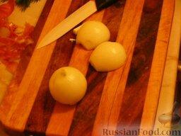 Суп с килькой в томатном соусе: Репчатый лук нарезать мелко. Обжарить лук и морковь на растительном масле, минут 5-8.