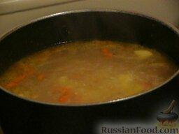 Суп с килькой в томатном соусе: По истечению 15 минут, когда картофель станет мягким, отправить в суп готовую обжарку, накрыть крышкой и варить ещё 5 минут