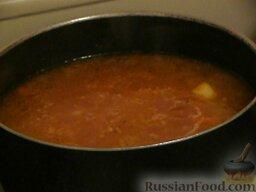 Суп с килькой в томатном соусе: В конце варки в суп отправить кильку, перемешать. Добавить по желанию лавровый лист и соль при необходимости. Накрыть крышкой и оставить на огне минуты на 2.   В готовый суп добавить зелень (в тарелку).